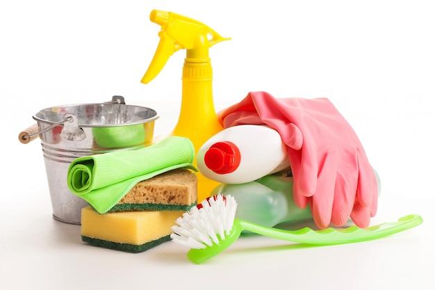 Helle bunte reinigung eingestellt auf einen holztisch