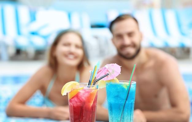 Helle cocktails und verschwommenes junges paar