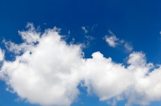 Helle cumuluswolken auf blauem himmel, nahaufnahme