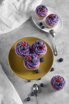 Helle cupcakes auf dem festlichen tisch