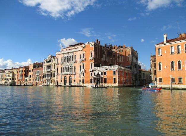 Helle farbige vintage-architektur entlang des canal grande