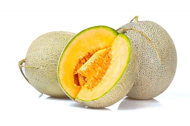 Helle fruchtmelone lokalisiert auf weißem hintergrund