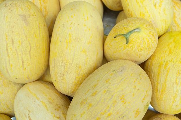 Helle gelbe blatthoniggaliamelonen-fruchtnahaufnahme für hintergrund