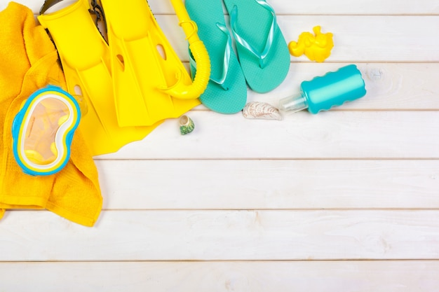 Helle gelbe flossen und tauchmaske auf einem vibrierenden backround
