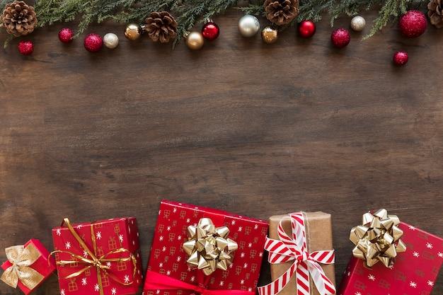 Helle geschenkboxen mit glänzenden kugeln