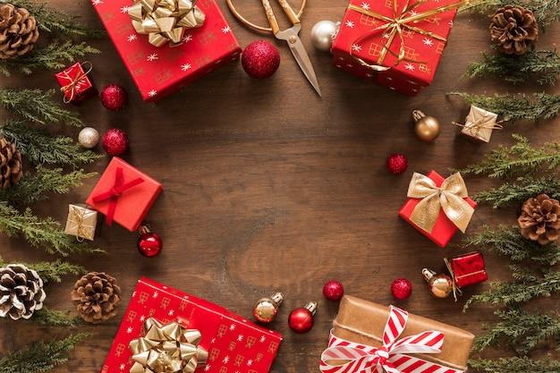 Helle geschenkboxen mit grünen niederlassungen auf tabelle
