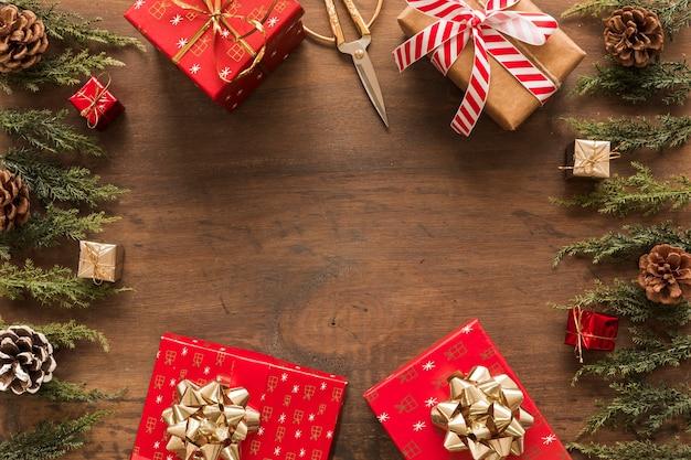 Helle geschenkboxen mit grünen zweigen