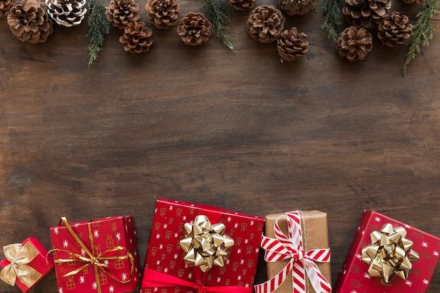 Helle geschenkboxen mit zapfen auf dem tisch
