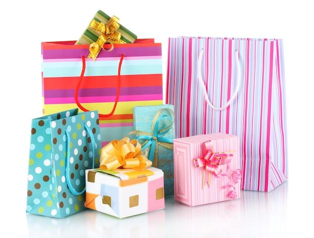 Helle geschenktüten und geschenke isoliert auf weiß
