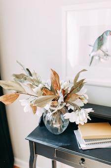 Helle innendetails im modernen stil. vase und strauß getrockneter blumen auf dem tisch.
