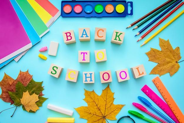 Helle karte mit der aufschrift: zurück in die schule