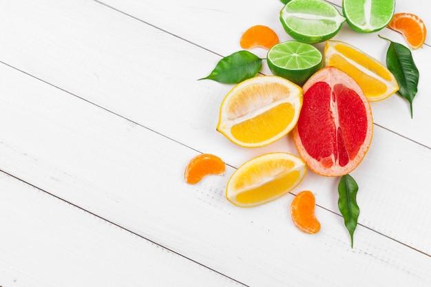 Helle komposition aus zitrusfrüchten