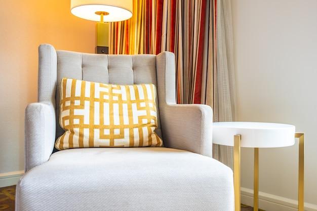 Helle lampe auf der tischseite mit kissen und sofa