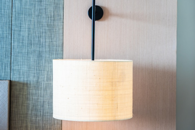 Helle lampe auf wanddekorationsinnenraum