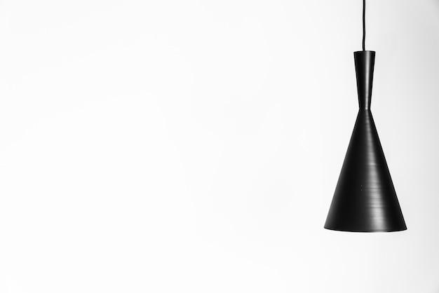 Helle lampe auf weißer wand