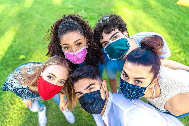 Helle, lebendige farbeffektfotografie einer gemischtrassigen gruppe junger menschen