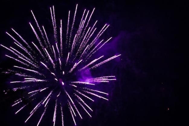 Helle lichter des festlichen feuerwerks am nachthimmel. silvester