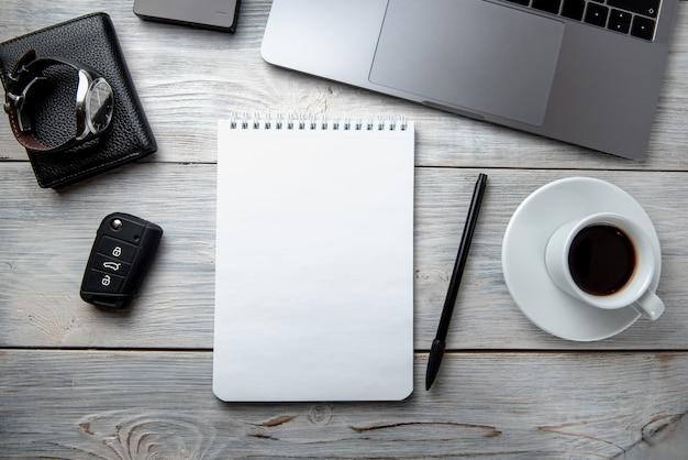 Helle männliche fahne / titel mit einem stilvollen männlichen arbeitsplatz mit laptop, smartphone, das zubehör der modernen männer auf einem holztisch, draufsicht / ebenenlage