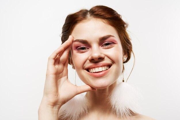 Helle make-up-studio der hübschen fröhlichen frau hellen hellen schultern.