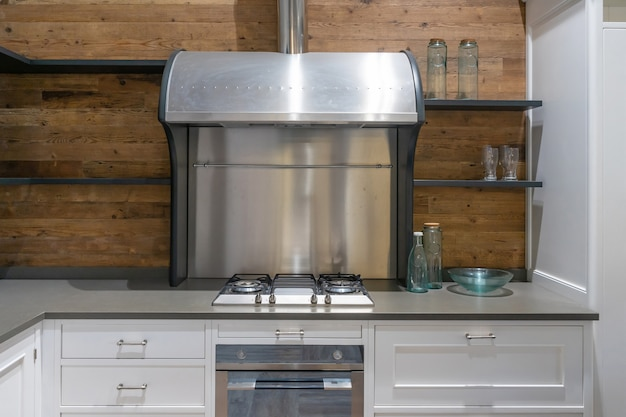 Helle moderne küche mit edelstahlgeräten. innenarchitektur.