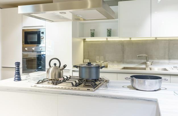 Helle moderne küche mit küchengeräten aus edelstahl. innenarchitektur
