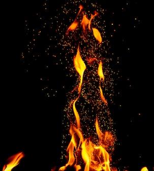 Helle orange und gelbe flammen mit aufflammenden funken