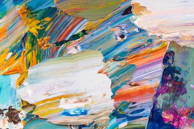 Helle, saftige, mehrfarbige abstraktion ihrer mischung von ölfarben auf einer palettennahaufnahme.