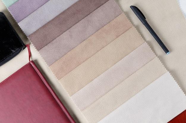 Helle sammlung bunte textilproben mit velourslederbeschaffenheit. stoffmuster, smartphone und geldbörse.
