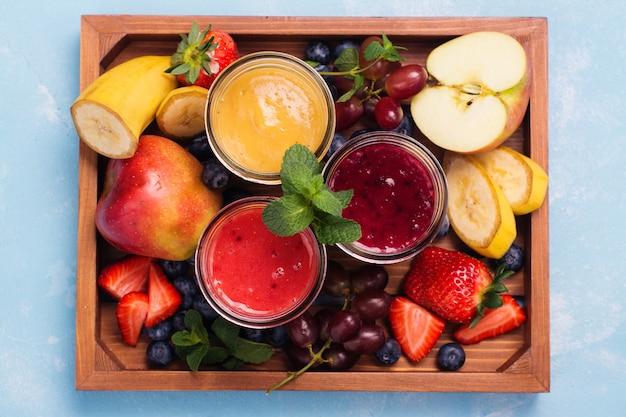 Helle sommer-smoothies in gläsern