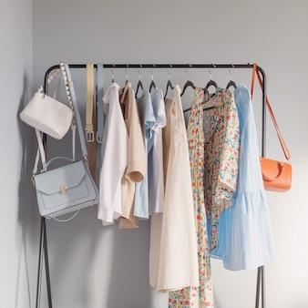 Helle sommerkleidung für damen auf kleiderbügel