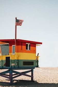 Helle und farbenfrohe rettungsschwimmerhütte in den usa