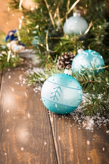 Helle weihnachtsgrußkarte mit blauer kugel