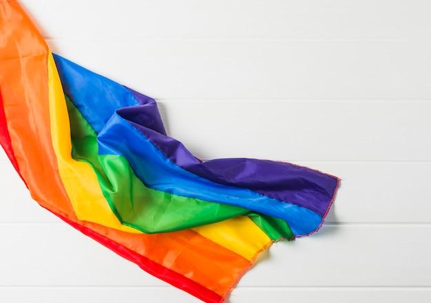 Helle zerknitterte lgbt-flagge auf holzbrett