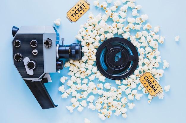 Helle zusammensetzung der kamera und des popcorns