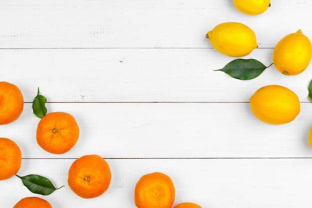 Helle zusammensetzung von zitrusfrüchten auf weißem hölzernem hintergrund