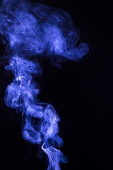 Heller abstrakter blauer wasserdampf auf einem schwarzen hintergrund