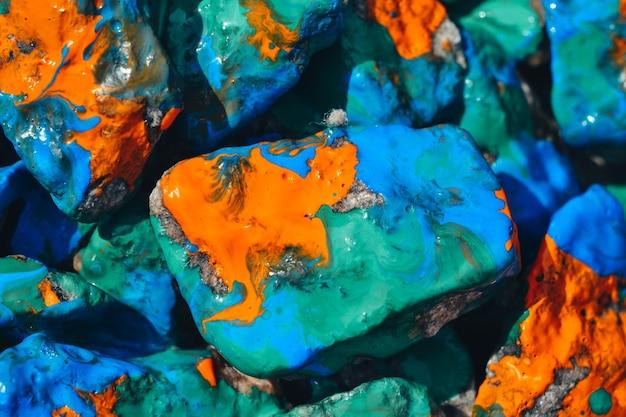 Heller abstrakter hintergrund. steine mit farbe bemalt schließen