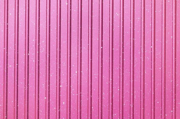 Heller abstrakter hochroter gestreifter hintergrund. textur der grillpfanne.