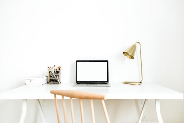 Heller arbeitsbereich des home-office-schreibtisches mit laptop mit leerem bildschirm.