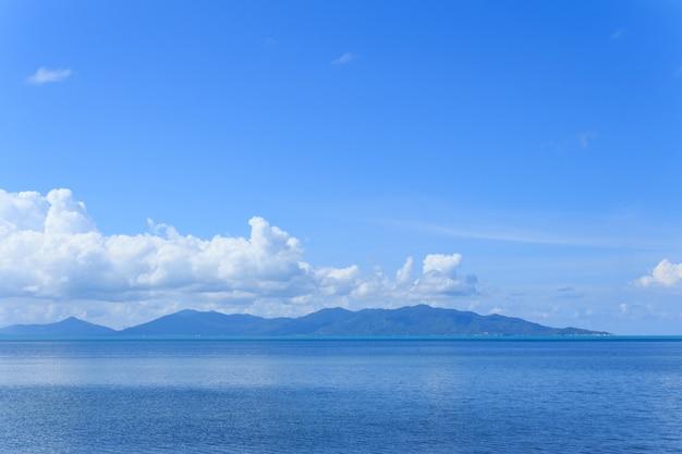 Heller blauer himmel weiße wolke und tropisches meer, thailand