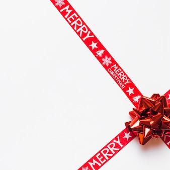 Heller bogen mit weihnachtsbändern