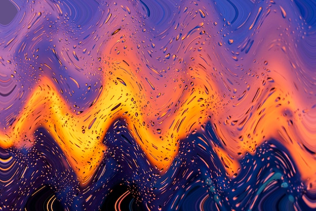 Heller feuriger sonnenuntergang durch regentropfen am fenster mit bokeh-lichtern