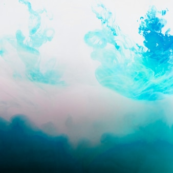 Heller fluss von blauem dunst