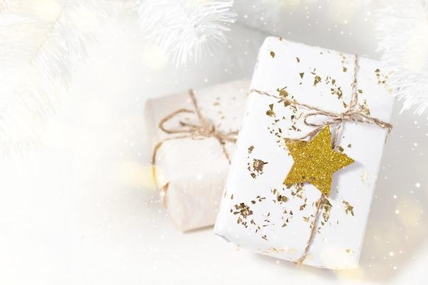 Heller hintergrund mit weihnachtsgeschenken