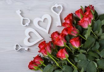 Heller Hintergrund, Rosen, Herzen und Schlüssel