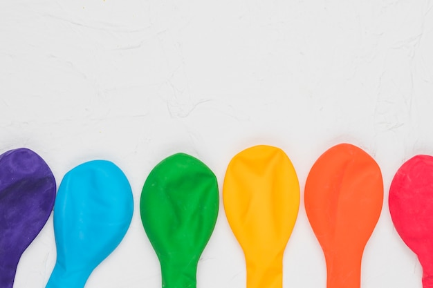 Heller lgbt-regenbogen von ballonen