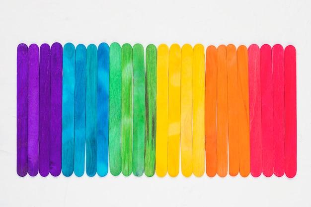 Heller lgbt-regenbogen von bunten holzstöcken