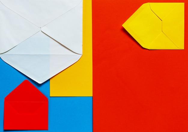 Heller mehrfarbiger papierhintergrund mit umschlägen