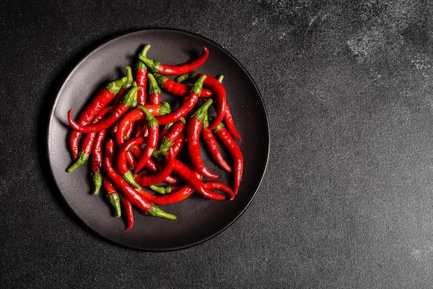 Heller pfeffer der roten paprikas auf einem grauen beton. würziges essen, zutaten