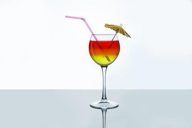 Heller sommercocktail in einem glas